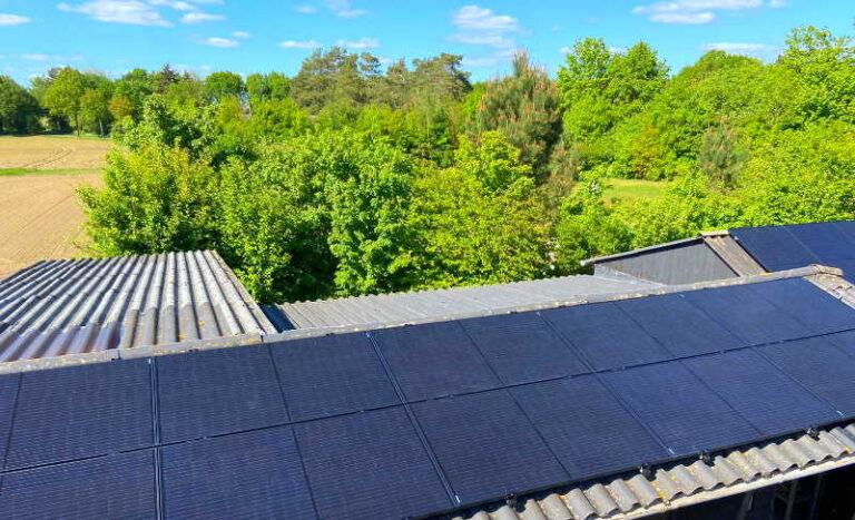 Groot bedrijfspand met zonnepanelen