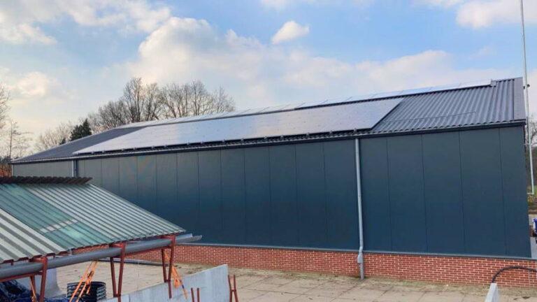 Grote schuur met zonnepanelen en installatie