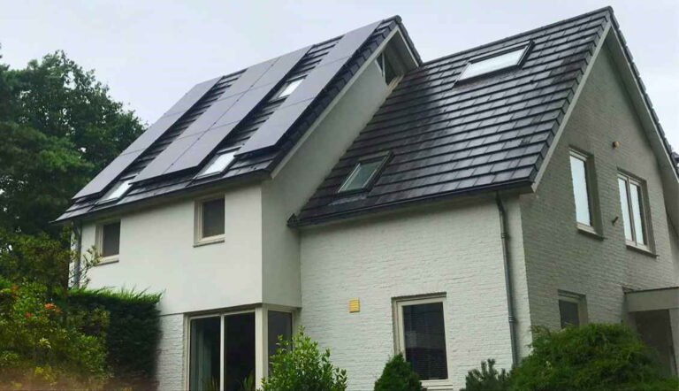 Moderne particulieren woning met zonnepaneleninstallatie