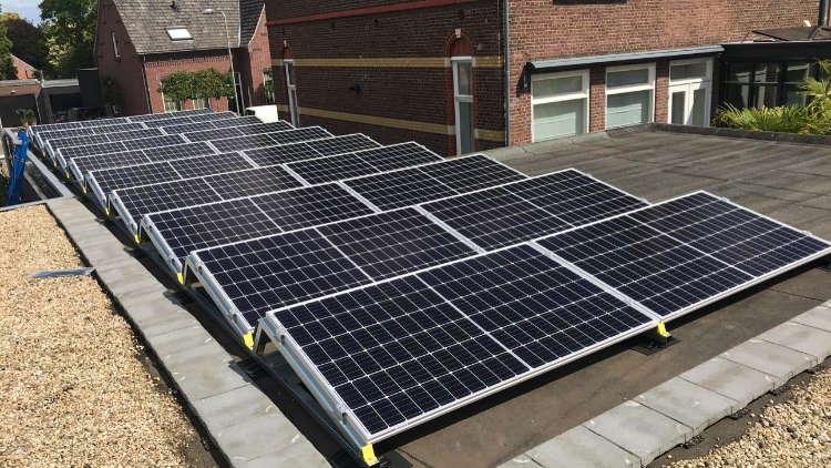 Platdak met zonnepanelen en installatie