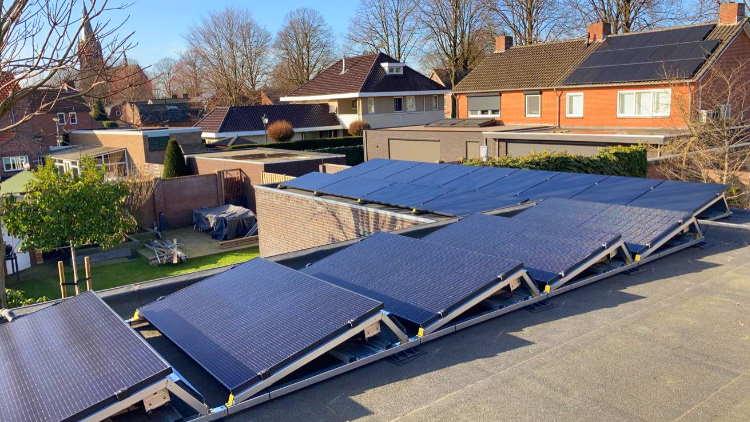 Platdak met zonnepanelen
