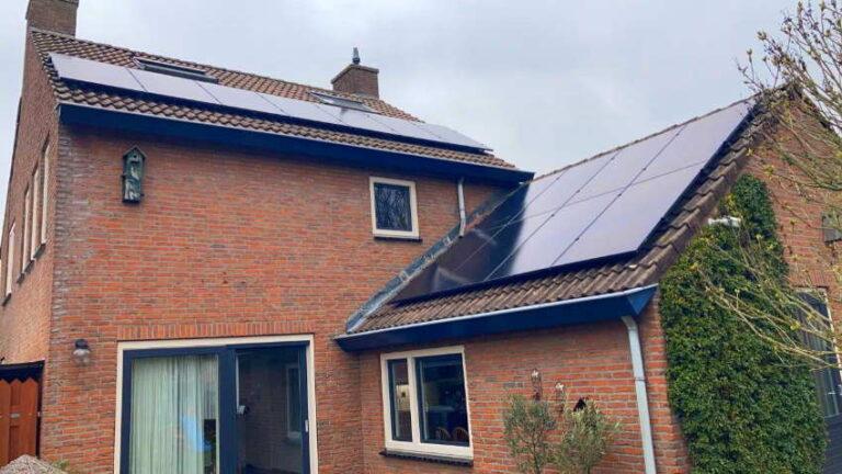Woning en bijgebouw met zonnepanelen