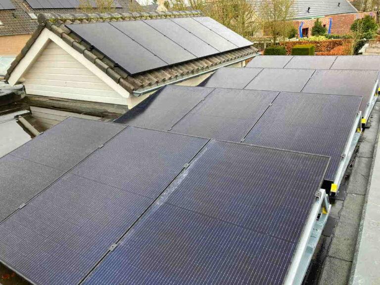 Woning met uitbouw en schuur vol met zonnepanelen