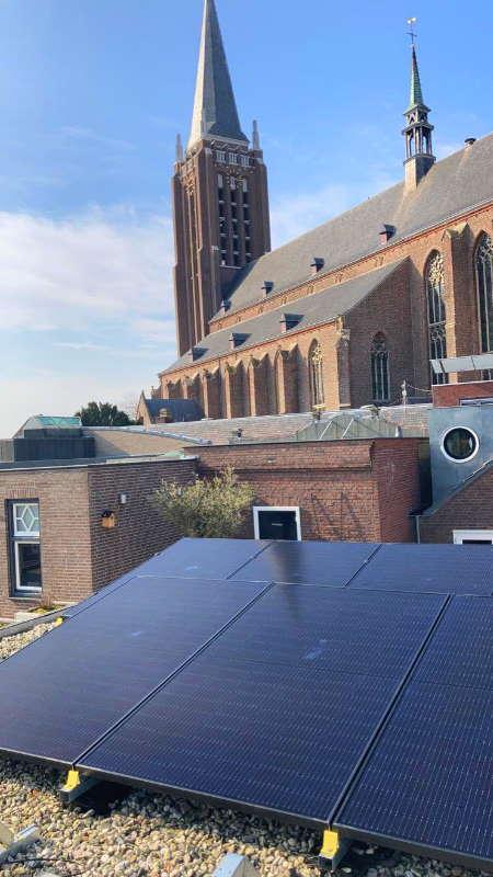 Zonnepanelen plat dak op kleine woning